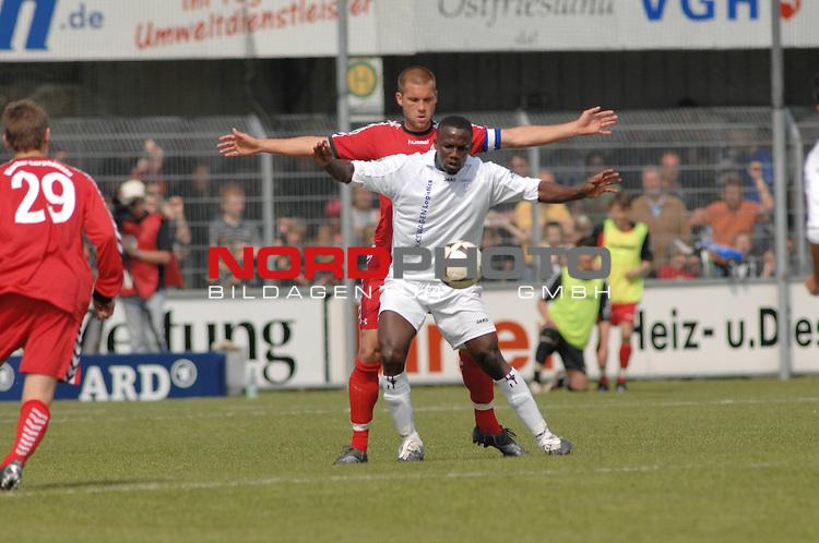 3. FBL 2008/2009 34. Spieltag RŁckrunde BSV Kickers Emden vs. Wacker Burghausen, Lawrence Adolf Aidoo (Emden #23, weiŖ) gegen Sebastian Wolf (Burghausen #5)  , Foto © nph (nordphoto)
