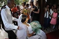 CAMPINAS, SP 09.05.2019 -CIDADE- Rosália Macedo da Silva, 38 anos, que há um ano convive com o diagnóstico de câncer na coluna vertebral, foi desenganada pelo médicos e, com a ajuda de uma rede de voluntários, se casou nesta quinta-feira (9), na Capela da casa de repouso Bom Pastor, na cidade de Campinas (SP). Rosália já convive com o marido, Adriano, há 19 anos, mas não casou na igreja. O casal, de Hortolândia, tem dois filhos. (Foto: Denny Cesare/Código19)