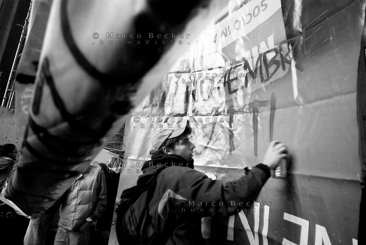milano, mobilitazione degli studenti in stazione centrale per ottenere un treno a prezzo politico con cui andare a roma alla manifestazione nazionale contro la riforma dell'istruzione  --- milan, students in central station asking for a train to rome at subsidized price, in order to participate at the national demonstration against the school reform