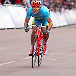 Engeland, London, 28 juli 2012.Olympische Spelen London.Wielrenner Alexandre Vinokourov fietst juichen over de streep.Hij is Olympisch kampioen geworden in de wegrace in Londen.