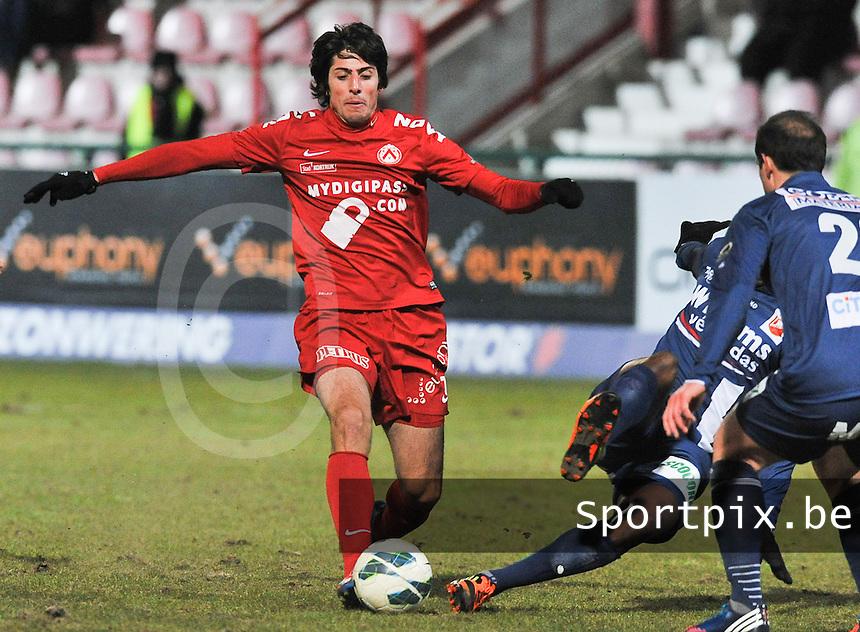 KV Kortrijk - RAEC Mons Bergen : Pablo Chavarria aan de bal voor de tackelende Brice Ntambwe (rechts).foto VDB / BART VANDENBROUCKE