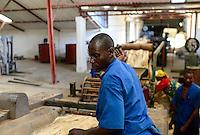 TANZANIA Tanga, Sisal industry, D.D. Ruhinda & Company Ltd., spining mill / TANSANIA Tanga, Sisal Industrie, D.D. Ruhinda & Company Ltd., Damian David Ruhinda baut eine neue Spinnerei und Weberei mit uralten Maschinen auf, Testlauf