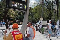 SÃO PAULO -SP-11,09,2014-CLIMA TEMPO- O paulistano enfrenta alta temperatura e baixa umidade do ar na Praça da República;Região Central da cidade de São Paulo,no fim da manhã dessa quinta-feira,11(Foto:Kevin David/Brazil Photo Press)