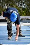 UTRECHT - In Utrecht wordt het dak aangelegd voor de door bouwonderneming Van Bekkum te bouwen Kranenburgschool. Het door Rienks ontworpen complex vervangt het verouderde schoolgebouw voor praktijkonderwijs dat hier eerder gesloopt is. De nieuwe school die in opdracht van de Willibrord Stichting verrijst, moet in de herfst klaar zijn. COPYRIGHT TON BORSBOOM