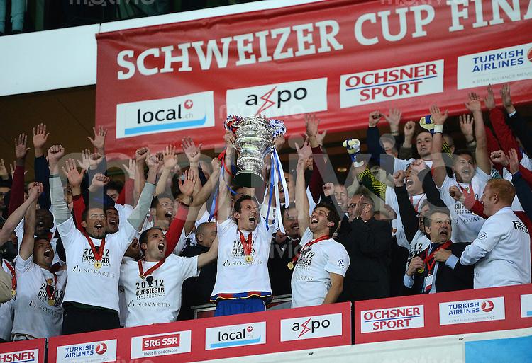 Fussball  International: Pokalfinale Schweiz 2011/2012               16.05.2012 FC Basel - FC Luzern JUBEL Cupsieger FC Basel; Marco Streller (Mitte)  mit Pokal