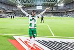 Stockholm 2015-10-25 Fotboll Allsvenskan Hammarby IF - Malm&ouml; FF :  <br /> Hammarbys Joseph Aidoo sjunger framf&ouml;r Hammarbys supportrar efter matchen mellan Hammarby IF och Malm&ouml; FF <br /> (Foto: Kenta J&ouml;nsson) Nyckelord:  Fotboll Allsvenskan Tele2 Arena Hammarby HIF Bajen Malm&ouml; FF MFF portr&auml;tt portrait glad gl&auml;dje lycka leende ler le supporter fans publik supporters