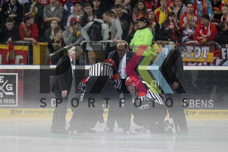 Duesseldorfs Trainer Christof Kreutzer, Ingolstadts Trainer Larry Huras, die Schiedsrichter und Offiziellen kontrollieren den Zustand des Eises um das Spiel wieder anpfeifen zu koennen. im Spiel der DEL, Duesseldorfer EG - ERC Ingolstadt.<br /> <br /> Foto &copy; P-I-X.org *** Foto ist honorarpflichtig! *** Auf Anfrage in hoeherer Qualitaet/Aufloesung. Belegexemplar erbeten. Veroeffentlichung ausschliesslich fuer journalistisch-publizistische Zwecke. For editorial use only.