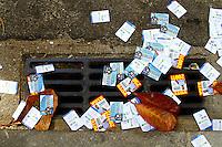 ATENÇÃO EDITOR: FOTO EMBARGADA PARA VEÍCULOS INTERNACIONAIS. RIO DE JANEIRO, RJ, 07 DE OUTUBRO 2012 - ELEIÇÕES 2012 -  Poluição eleitoral na Av. Nossa Senhora de Copacabana, neste domingo, 07. (FOTO: ISABELA CATÃO / BRAZIL PHOTO PRESS).