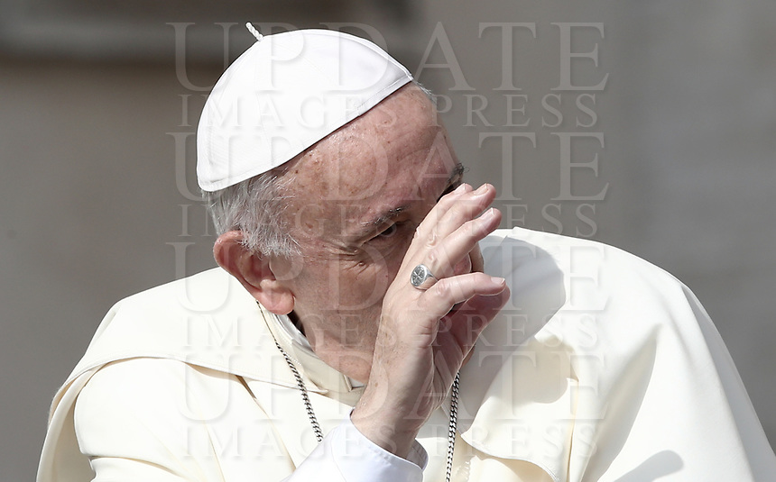 Papa Francesco saluta i fedeli al suo arrivo all'udienza generale del mercoledi' in Piazza San Pietro, Citta' del Vaticano, 30 maggio, 2018.<br /> Pope Francis waves to faithful as he arrives to lead his weekly general audience in St. Peter's Square at the Vatican, on May 30, 2018.<br /> UPDATE IMAGES PRESS/Isabella Bonotto<br /> <br /> STRICTLY ONLY FOR EDITORIAL USEUPDATE