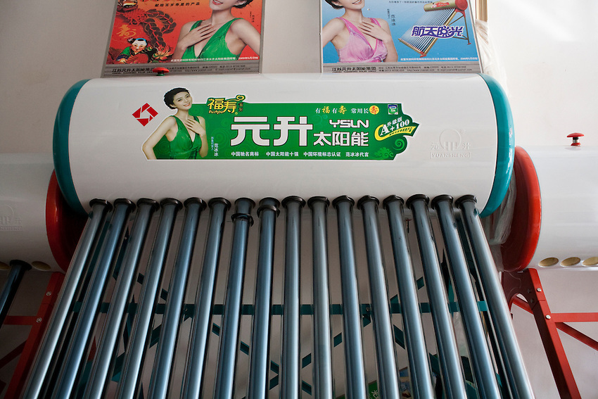 Dans la boutique du distributeur de chauffe-eau solaires (de la marque Yuan Sheng), Xiahe, decembre 2009. Un seul chauffe-eau peut fournir suffisemment d'eau chaude pour 6 douches.