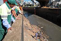 SAO PAULO, SP 05 de julho 2013- Bombeiros retira o morador de rua, Marcelo de Olivira de 27 anos que caiu no Rio Tamanduatei na Av dos Estados proximo ao Mercado Municipal ao tentar pegar uma bola, Marcelo amarrou uma corda no para peito do rio a corda nao aguento e se rompeu, Marcelo foi levado ao Ps da regiao com ferimentos leves   ADRIANO LIMA / BRAZIL PHOTO PRESS).
