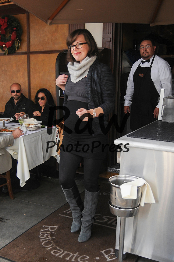 Milla Jovovich y su marido han salido a comer en Beverly Hills.<br /> <br /> Photo &copy;2014: The Grosby Group<br /> <br /> Los Angeles, December 19, 2014<br /> Parents to be Milla Jovovich and husband Paul W. S. Anderson spotted after lunch in Beverly Hills, CA.
