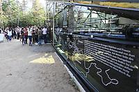 Besucher an der Lern- und Gedenkstätte der KZ Außenstelle Walldorf