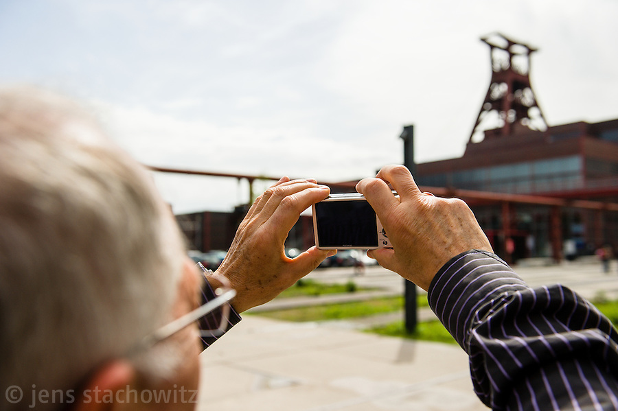 Tourist photographing at the World Cultural Heritage Site Zollverein Pit XII. | Ein Tourist fotografiert das Weltkulturerbe Zollverein Schacht XII.