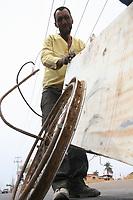 Raœl Benavides pasa sus d'as recolectando cada cosa que a su parecer puede sacarle provecho ropa vieja, trastes, metales , madera y demas que echa en su carrito hecho de un refrigerador viejo oxidado