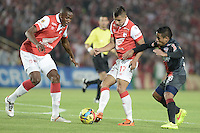 BOGOTÁ -COLOMBIA, 30-10-2014. Juan D Roa (C) y Yerry Mina (Izq) jugadores de Independiente Santa Fe disputa el balón con Vladimir Hernandez (Der) jugador de Atlético Junior durante partido de vuelta por la semifinal de la Copa Postobón 2014 jugado en el estadio Nemesio Camacho El Campín de la ciudad de Bogotá./ Juan D Roa (C) and Yerry Mina (L) players of Independiente Santa Fe vies for the ball with Vladimir Hernandez (R) player of Atletico Junior during second leg match for the semifinal of Postobon Cup 2014 played at Nemesio Camacho El Campin stadium in Bogotá city. Photo: VizzorImage/ Gabriel Aponte / Staff