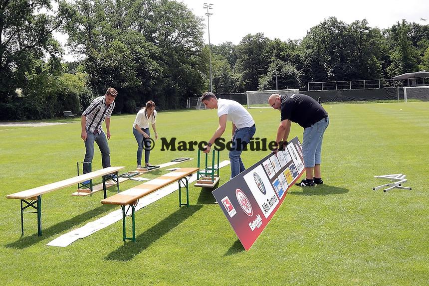 Mannschaftsfoto wird aufgebaut - Eintracht Frankfurt Mannschaftsfoto 2013/14