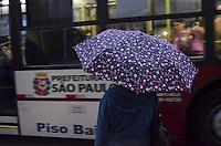 SAO PAULO, 12 DE JUNHO DE 2013 - CLIMA TEMPO - SAO PAULO - Chuva atinge a capital, na Avenida Paulista, região central, no fim da tarde desta quarta feira, 12. (FOTO: ALEXANDRE MOREIRA / BRAZIL PHOTO PRESS)