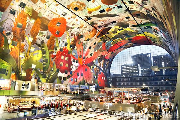 Nederland Rotterdam   2017 - De Markthal in Rotterdam is een woon- en winkelgebouw met inpandige markthal, gesitueerd bij Blaak. Naast een overdekte markt herbergt het complex 228 appartementen, winkels en horeca. Het gebouw is een ontwerp van MVRDV architecten. Foto Berlinda van Dam / Hollandse Hoogte