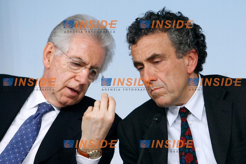 Mario Monti  e Fabrizio Barca.Roma 11/05/2012 Palazzo Chigi. Conferenza stampa al termine del Consiglio dei Ministri sui fondi europei da destinare al Sud..Photo Samantha Zucchi Insidefoto