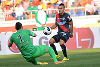 BARRANQUILLA - COLOMBIA, 20-07-2014. Jorge Aguirre jugador del Atletico Junior disputa el balón con Daniel Subasic arquero del AS Monaco durante partido por la Copa Euroamericana 2014 disputado en el estadio Metropolitano Roberto Melendez de la ciudad de Barranquilla./ Jorge Aguirre player of Atletico Junior fights the ball with Daniel Subasic goalkeeper of AS Monaco during match for the Euroamerican Cup 2014 played at Roberto Melendez Metropolitano stadium in Barranquilla City. Photo: Alfonso Cervantes / Str