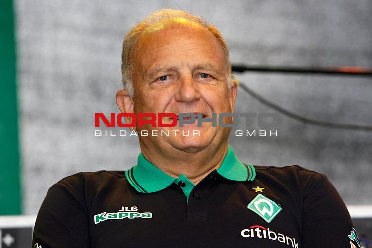 FBL 2008 / 2009 -  Tag der Fans Werder Bremen<br /> <br /> J&uuml;rgen L. Born (Vorsitzender der Gesch&auml;ftsf&uuml;hrung und Gesch&auml;ftsf&uuml;hrer Finanzen und &Ouml;ffentlichkeitsarbeit) <br /> <br /> <br /> Foto &copy; nph (nordphoto)<br /> <br /> <br /> <br />  *** Local Caption ***