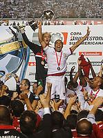 ATENCAO EDITOR IMAGEM EMBARGADA PARA VEICULOS INTERNACIONAIS - SAO PAULO, SP, 12 DEZEMBRO 2012 - COPA SUL-AMERICANA - SAO PAULO X TIGRE - Lucas e Rogerio Ceni do Sao Paulo comemoram a conquista da Copa Sul-Americana, no estádio Cicero Pompeu de Toledo o Morumbi na regiao sul da capital paulista na noite desta quarta-feira, 12. (FOTO: WILLIAM VOLCOV / BRAZIL PHOTO PRESS).