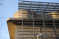 Hamburg, Energiebunker Wilhelmsburg , IBA Projekt, Energieerzeugung aus Solarenergie, Biogas, Holzhackschnitzeln und Abwaerme aus einem benachbarten Industriebetrieb, der Energiebunker soll einen Teil des Reiherstiegviertels mit Waerme versorgen und gleichzeitig erneuerbaren Strom in das Stromnetz einspeisen. Der Energiebunker soll circa 22.500 MWh Waerme und fast 3.000 MWh Strom erzeugen. Das entspricht dem Waermebedarf von circa 3.000 Haushalten und dem Strombedarf von etwa 1.000 Haushalten, Montage der Solon PV Module an der Suedseite des ehemaligen Flakbunkers, auf dem Dach wurde von Ritter XL Solar Deutschlands groesste Vakuumroehrenkollektoren-Anlage zur Warmwassererzeugung installiert / GERMANY Hamburg, IBA exhibition, an old war bunker is changed into an energy project, installation of solar panels and solar collector