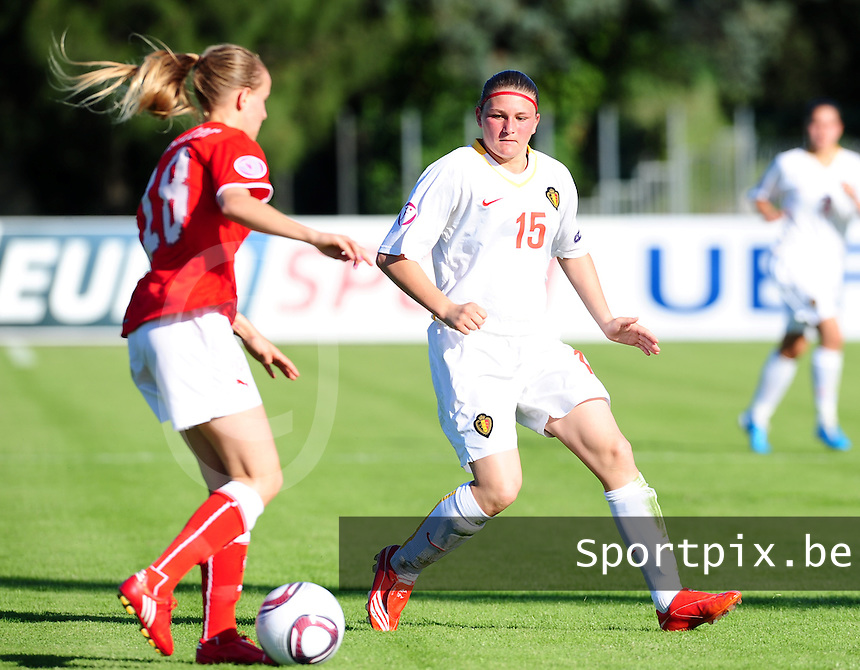 European Women's Under - 19 Championship 2011 Italy :.Switzerland - Belgium U19 : Natasha Gensetter aan de bal voor Melanie Mignon.foto DAVID CATRY / VROUWENTEAM.BE