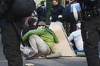 13-05-01 Anti-Nazi-Protest Pyramide