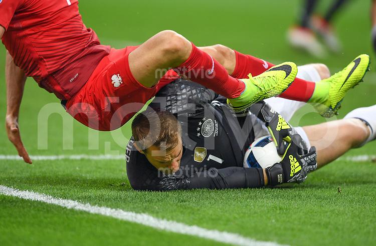 FUSSBALL EURO 2016 GRUPPE C IN PARIS Deutschland - Polen    16.06.2016 Torwart Manuel Neuer (Deutschland) rettet auch in groesster Bedraengnis