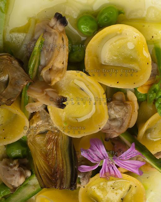 Venezia, Isola di Mazzorbo - Ristorante Venissa. FOOD Cappelletti ripieni ai piselli e ricotta di pecora, ragout di cipollotto e &quot;pevarasse&quot;<br /> Cappelletti with peas, sheep cheese &quot;ricotta&quot; and clams and onion ragout