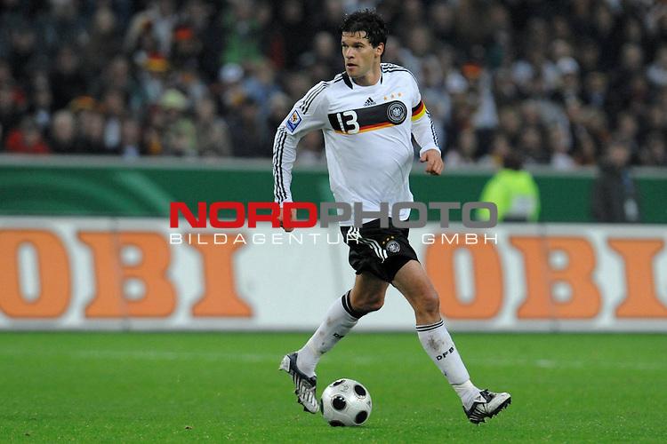 Fussball, L&auml;nderspiel, WM 2010 Qualifikation Gruppe 4 in M&ouml;nchengladbach ( Borussia Park ) <br />  Deutschland (GER) vs. Wales ( GB ) 1:0 ( 0:0 )<br /> <br /> Michael Ballack (Ger /  Chelsea London #13)<br /> <br /> Foto &copy; nph (  nordphoto  )<br />  *** Local Caption ***