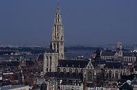 Europe/Belgique/Flandre/Province d'Anvers/Anvers : La cathédrale (1352-1584) et, en fond, l'Escaut