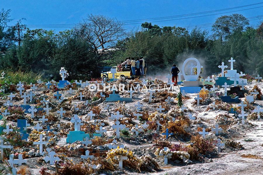 Cemitérios na guerra civil de El Salvador. 1981. Foto de Juca Martins.