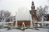 Gennaio 2009, nevicata su Milano. Ghiaccio nella fontana al Castello Sforzesco --- January 2009, snowfall in Milan. Ice in the fountain at the Sforza Castle