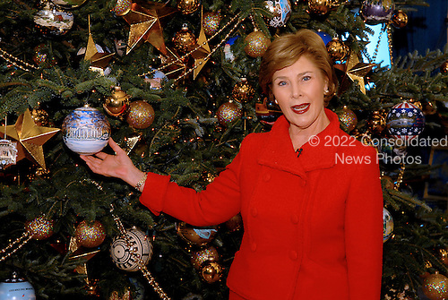 Washington, DC - November 29, 2007 -- First lady Laura Bush Shows off  the 2007 White House Christmas Tree in the Blue Room of the White House in Washington, D.C. on Thursday, November 29, 2007..Credit: Ron Sachs / CNP
