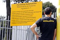 """Cassino, maggio 2009.Stabilimento FIATI .L'entrata della fabbrica.sulla maglietta""""sogno ribelle"""".FIAT.The entrance to the factory.T-shirt """"dream rebel""""."""