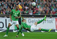FUSSBALL   1. BUNDESLIGA   SAISON 2011/2012    12. SPIELTAG  05.11.2011 SV Werder Bremen - 1.FC Koeln Fallrueckzieher; Aaron Hunt (SV Werder Bremen) mit Ball  beobachtet von Naldo (li, SV Werder Bremen)