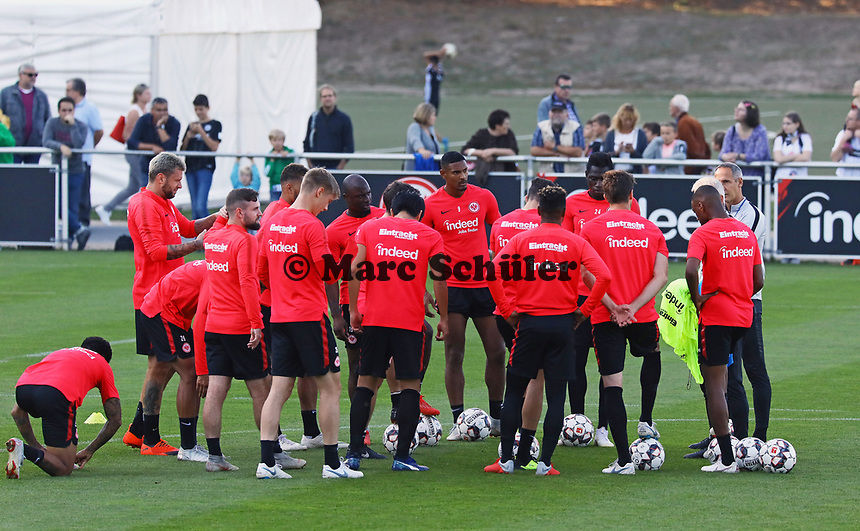 Trainer Adi Hütter (Eintracht Frankfurt) bei der Mannschaftsbesprechung - 10.10.2018: Eintracht Frankfurt Training, Commerzbank Arena, DISCLAIMER: DFL regulations prohibit any use of photographs as image sequences and/or quasi-video.