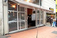 SAO PAULO, 20 DE JUNHO DE 2012 - ARRASTAO BAR HIGIENOPOLIS - Cinco assaltantes, realizaram, no início da madrugada desta quarta-feira um roubo ao Bar The Joy, na rua Maria Antonia, Higienopolis, regiao central da capital. Mais de 20 clientes foram assaltados e 2 deles foram feridos pelos assaltantes FOTO: ALEXANDRE MOREIRA - BRAZIL FOTO PRESS
