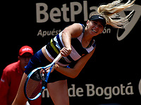 BOGOTÁ-COLOMBIA, 13-04-2019: Amanda Anisimova (USA), sirve a Beatriz Haddad (BRA), durante partido por la semifinal del Claro Colsanitas WTA, que se realiza en el Carmel Club en la ciudad de Bogotá. / Amanda Anisimova (USA), serves to Beatriz Haddad (BRA), during a match for the semifinal of the WTA Claro Colsanitas, which takes place at Carmel Club in Bogota city. / Photo: VizzorImage / Luis Ramírez / Staff.