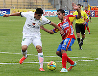 PASTO - COLOMBIA -07-09-2014: Hugo Acosta (Der.) jugador de Deportivo Pasto disputa el balón con Daniel Briceño (Izq.) jugador de La Equidad durante partido entre Deportivo Pasto y La Equidad de la fecha 8 de la Liga Postobon II 2014, jugado en el estadio Libertad de la ciudad de Pasto. / Hugo Acosta (L)  player of Deportivo Pasto fights for the ball with Daniel Briceño (R) player of La Equidad during a match between Deportivo Pasto and La Equidad for the date 8 of the Liga Postobon II 2014 at the Libertad stadium in Pasto city. Photo: VizzorImage  / Leonardo Castro / Str.