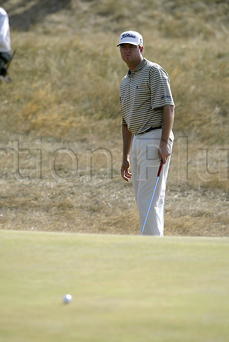 July 19, 2003: DAVIS LOVE III (USA) putts from off the green, The Open Championship, Royal St George's Golf Club Photo: Neil Tingle/Action Plus...British 2003 golf golfer golfers 030719 greens putting putts