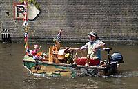 Nederland - Amsterdam - 2018.  Muziekboot Notendop.  Reinier Sijpkens geeft kleine concerten voor voorbijgangers met zijn orgel en blaasinstrumenten.   Foto Berlinda van Dam / Hollandse Hoogte.