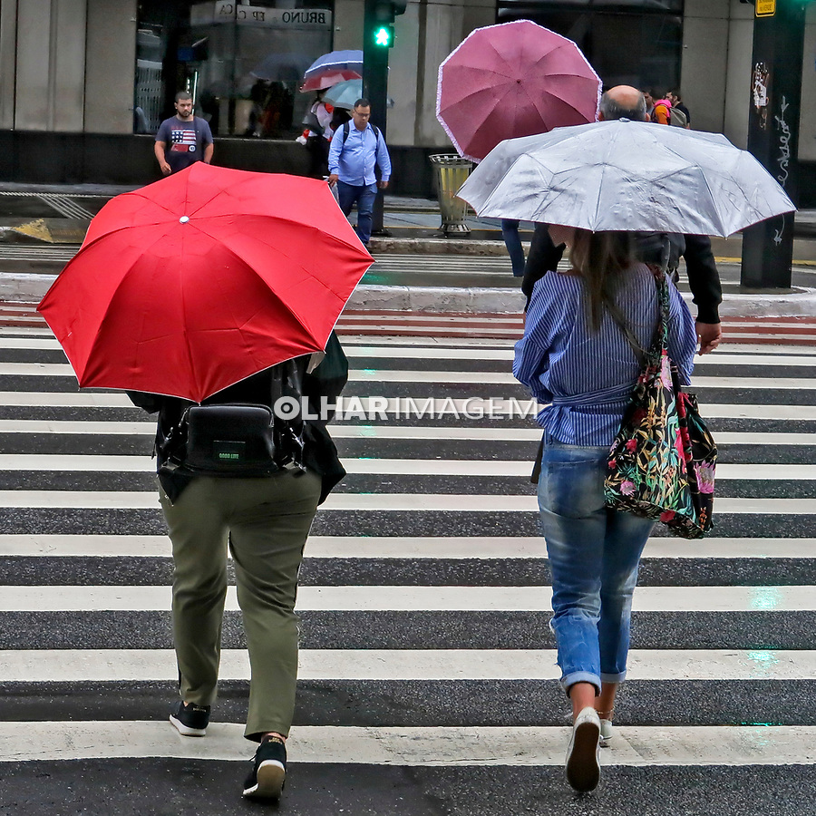 Pedestres caminham em dia de chuva, Avenida Paulista, Sao Paulo. 2020. Foto Juca Martins