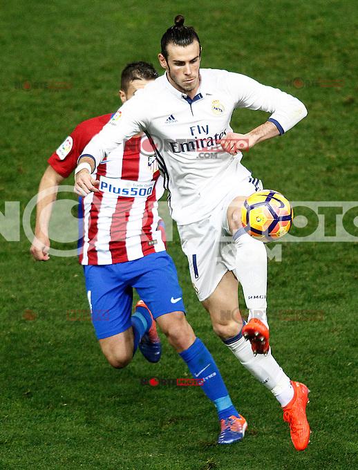 Atletico de Madrid's Gabi Fernandez (l) and Real Madrid's Garet Bale during La Liga match. November 19,2016. (ALTERPHOTOS/Acero) /NORTEPHOTO.COM