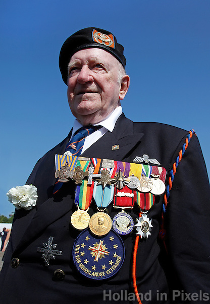 Oorlogsveteraan poseert tijdens Veteranendag in Den Haag