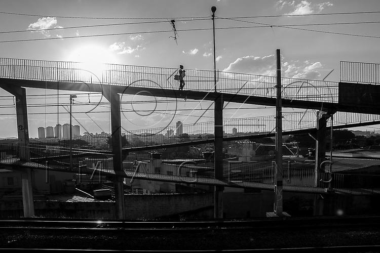 Passarela atravessando linha férrea, São Paulo - SP, 07/2016.