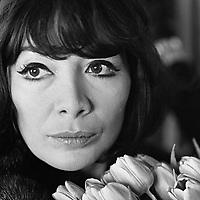 Juliette Greco, 29 mars 1966 a shipol<br /> <br /> PHOTO : Ron Kroon / Anefo